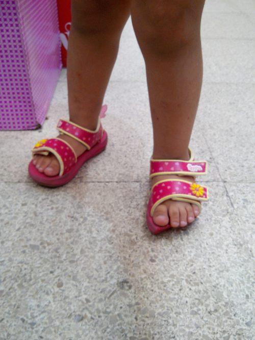 Já pensou se pega nesses dedinhos? Revoltante, beira o insuportável pensar que as crianças estão suscetíveis a esse risco mesmo seguindo as regras de segurança de escadas rolante.